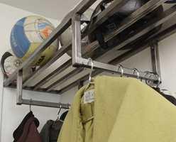 Med klesstangen på tvers blir det plass til mange plagg uten at de blir stikkende for langt ut i rommet..