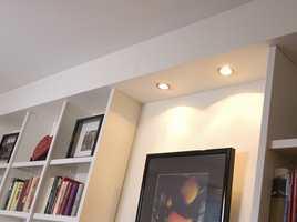 Over hyllene er det monterte ferdigkjøpte lyskasser med halogenspot. De kjøpes i metervis, fiks ferdig til å montere. Lys langs veggene øker romfølelsen, og med dimmer på er det enkelt å endre stemningen i rommet.