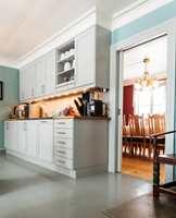 <b>BYGGET INN:</b> Kjøkkeninnredningen er listet inn og blir en integrert del av rommet.