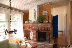 Den gamle peisen tok mye plass og skapte et tungt uttrykk i rommet. Den ble revet, til fordel for en peisovn.