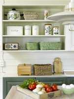 Åpne kjøkkenhyller gir et luftigere uttrykk enn lukkede skap, i tillegg til at de også utgjør et dekorelement.