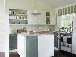 Kjøkkenet fremstår som nytt. De grønne skapene ble plassert nede og på kjøkkenøya, og overskapene ble malt hvite – en riktig delikat og lekker løsning!