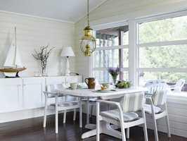 Snakk om forvandling! Alt treverk ble malt i lyse farger, og overskapene ble flyttet ned på veggen. Den nye spisestuen ble lys og åpen, med de hvitmalte møblene.