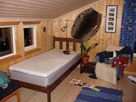 Her ser vi hvor mørkt og trist rommet var før fornyelsesprosessen. Den brune sengen er nå malt hvit og står på Ingrids rom.