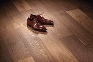 <b>TYNGDE:</b> La gulvet skape tyngde i rommet. Gå gjerne for 1-stavparkett i en mørkere farge. (Foto: Södra)