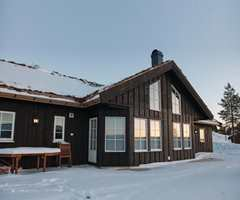 Man trenger ikke vente til all snøen har gått før man inspiserer hytta utvendig.