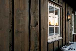 Vannbrettene på vinduene er spesielt utsatt. Er det dårlig kantdekk, kan vann trekke inn og skade treverket.