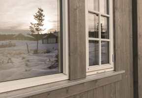 En matt beis gir en jevnere fasade som fremhever arkitekturen, utskjæringer og detaljer.