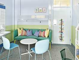 Blått, blågrønt og grønt i duse nyanser roer ned. Sofagruppen er godt utstyrt med puter.