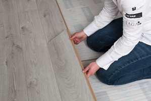 <b>GODE ROMLYDER:</b> Underlag for parkett og laminat kan blant annet sikre at gulvet kan bevege seg riktig, at gulvet ikke støyer, og forhindre at fukt fra konstruksjonen skader gulvet. (Foto: Kristian Owren/ifi.no)