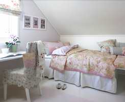 En lett, romantisk atmosfære. Tresengen måtte vike for en rammemadrass, som fungerer som både seng og sofa.