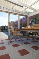 Et nytt terrassegulv i plast legger du enkelt selv. Gulvene er behagelige både for øyet og får bare barnebein, og de holder år etter år uten annet vedlikehold enn normal rengjøring!