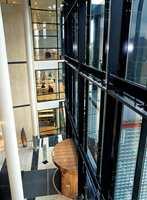 Fra den store sentralhallen er det innsyn til boksamlinger og lesesaler.