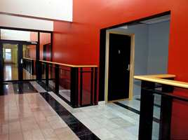 En frisk rød farge, S3070 Y80R, skaper effekt og bidrar til å balansere de strenge sorte og hvite flatene.