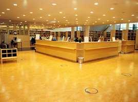 Bjerk i møbler og deler av veggflatene gir sammen med det lyse gulvet en rolig og harmonisk atmosfære.
