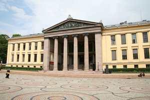 Universitetsbygningene på Karl Johans gate i Oslo skal bli hvite. Ved en oppussing skal bygningen få sitt opprinnelige utseende tilbake.