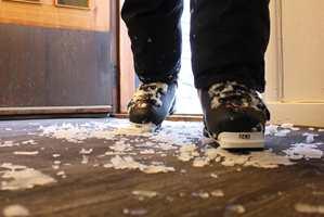 <b>GLATT GULV:</b> Med snø under skoene kan det ende med knall og fall, men med et tekstilt gulv trår du trygt over dørstokken. (Foto: Bjørg Owren/ifi.no)