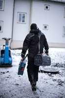 <b>RØRLEGGERBESØK:</b> De fleste rørleggere har erfaring med hvor store skader frostsprengte rør kan føre til, og råder deg derfor til å gjøre det du kan for å unngå det.