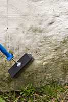 <b>VASKEOPPFORDRING:</b> Det er veldig viktig å vaske og matte ned fasaden før du maler. Skal du male, må du bruke et middel som både matter ned underlaget og som fjerner smuss og begroing. Skal du bare gjøre rent, brukes et mildere rengjøringsmiddel.