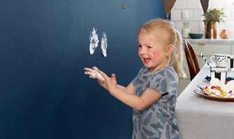 Veggene på kjøkkenet utsettes gjerne for større slitasje enn på soverommet og stuen. Med riktig overflatebehandling unngår du skjolder ved rengjøring og når stolen skraper borti veggen.
