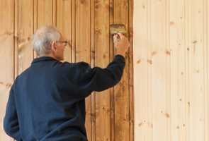 Det er lett å få uønsket liv og mønster på veggen når du beiser trepanel. Men med litt ekstra oppmerksomhet og systematisk jobbing får du til et fint farget slør, som tenkt.