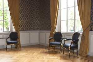 På rektors gamle møterom er det møbler i Louis-seize og sen-empire. Tapeter fra Cole and Son, tekstiler og possementer er levert av Interiøragenturer.