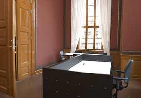 Tidligere leilighet, nå fakultetsdirektørens kontor. Rommet har fått gjenskapt sin spennende rødfarge med sjablondekor.