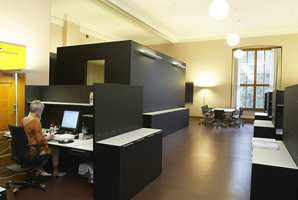 Alle nye møbler og faste installasjoner er sorte eller dekket med sort desktopp linoleum som en kontrast til fargerike tapeter og malte dekorer.
