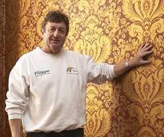 Kjell Nyquist fra Malermester Buer har håndsydd og trukket strie i alle rom før de ble pålimt maskinpapir, heftgrunnet og deretter tapetsert.