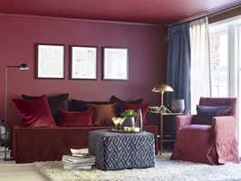 <b>URBAN ELEGANSE:</b> De mørkeste rødnyansene ligger i paletten kalt Urban Eleganse. Den har en kjølig eleganse, med et elegant uttrykk. Atmosfæren oser av velvære og nytelse. Fargen på veggen heter beskrivende nok Diva. (Foto: Per Erik Jæger/Fargerike, Stylist: Siv Brenne)