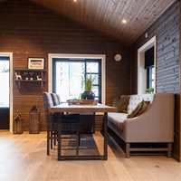 <b>LUNT:</b> Stadig flere beiser tak og vegger i to nyanser som harmonerer, som her på en av Bolig Partners utstillingshytter på Hellerudsletta.