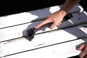 Med en god og kvass metallskrape fjerner du maling som er begynt å løsne. Særlig kantene er utsatt.