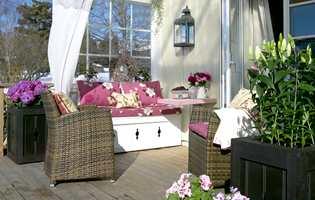 Personlig og annerledes! Fargene harmonerer nydelig – med dekorative tekstiler, nette kurvmøbler, og spesiallagde tremøbler.