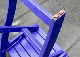 Sett møbelknotter på hagemøblene slik at beina ikke står direkte i vann.