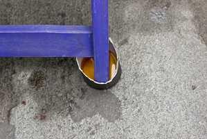 Gi gjerne hagemøblene fotpleie ved å påføre olje.