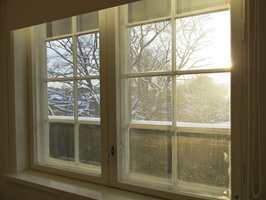 Vinduene skal tåle mye juling i løpet av høsten og vinteren. Resultatet ser vi når januarværet banker på rutene. En runde vindusvask må til. – Vask med sprit, sier ekspertene.
