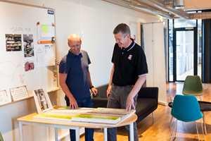 Økonomisjef i Uzin Utz Group Norge AS, Preben Simonsen, og Bredo Christoffersen, innkjøps- og logistikkansvarlig, studerer modeller av Uzins systemer for oppbygging av baderomsgulv.