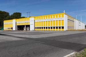 Like over veien for hovedkontoret ligger Larvik LogistikkSenter, som har overtatt lager- og varehåndtering for Uzin Utz Group Norge.