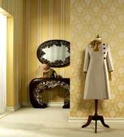 Eleganten, en belgisk tekstiltapet i 100% viskose med ornamenter og striper i gullinspirerte farger. Kolleksjonen heter Victoria -  fra Omexco/Intag.