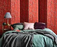 <b>KREATIV:</b> Van Goghs motiv og farger kan også gi nytt liv til møbler. Her er tapet med kvister av blomstrende plommetre brukt til å transformere et skjermbrett til et friskt hodegjerde.