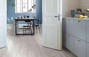 Hvis du trodde du måtte velge mellom funksjonalitet og utseende når du skal velge gulv, må du tro om igjen. Med moderne laminatgulv som tåler vannsøl, får du et vakkert, praktisk og naturtro gulv med mange fordeler, som passer de aller fleste rom.