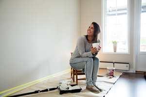 Når det regner ute, kan det være godt å være inne. Pass da på å male en vegg!