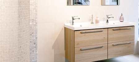 Trender kommer og trender går - kun det hvite består. Nordmenn velger gjerne hvite fliser på badet - men skaper variasjon ved å bruke ulike størrelser på vegg, ved dusjen eller for å fremheve servantdelen.