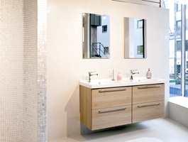 Mosaikkfliser i perlemor for den som vil ha en mer feminin stil. Kombineres gjerne med andre hvite fliser på veggen.