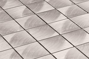 Mosaikkfliser finnes i en lang rekke varianter. Denne minner om rustfritt stål.