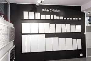 Utstillingen med alle hvite fliser er populær. Her får kundene innblikk i bredden i utbudet, og ideer til hvordan ulike fliser kan kombineres.