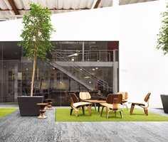<b>TEPPEFLISER:</b> Med teppeflisene Human Nature fra Interface får man naturen inn i huset både taktilt og visuelt. Teppefliser som illuderer småstein, betong og gress er laget av 100% resirkulert garn. (Foto: Interface)