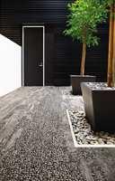 <b>TEPPEFLISER:</b> Med teppeflisene Human Nature fra Interface får man naturen inn i huset både taktilt og visuelt. Teppefliser som blant annet illuderer småstein er laget av 100% resirkulert garn. (Foto: Interface)