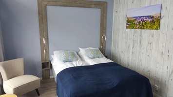 <b>BLOMSTRER:</b> Rommet som kalles «Blåstjerna» er oppkalt etter den sjeldne blomsten Scilla Verna som vokser vilt på Værlandet. Kystblåstjerne er det norske navnet på blomsten. Den lyse, lette blåfargen veggene er malt i er tatt fra midten av blomsterbladene.
