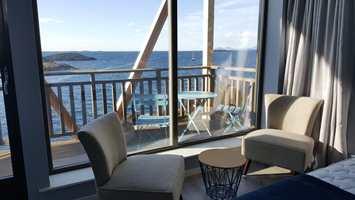 <b>ROLIG:</b> Hotellet er bygget på utsikt. Det er det som foregår utenfor vinduene som er i fokus. Vegger og tak er derfor malt i rolige, behagelige farger. Fargene inne er også plukket ut for at gjestene skal kunne slappe av.